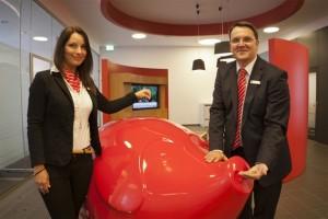 Wie man dank GiroCents auch mit kleinen Summen Gutes bewirken kann, das erklärten jetzt KSK-Vorstandsvorsitzender Udo Becker und Projektleiterin Nadine Greuel. Bild: KSK