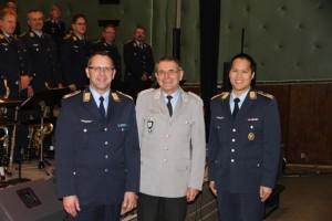 Oberst Dr. Michael Schramm (Mitte) reichte in einer kleinen Zeremonie den Taktstock von Christian Weiper (links) an Timor Chadik (rechts) weiter. Bild: BBB