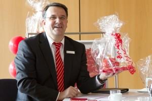 """Als symbolisches Geschenk bekamen die """"GiroCents""""-Empfänger von Udo Becker, Vorstandsvorsitzender KSK, ein Sparschwein mit Schokomünzen überreicht – der Spendenbetrag wird überwiesen."""