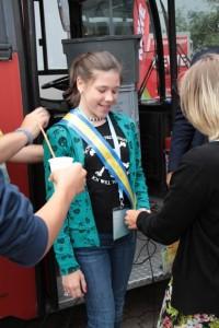 Mit der Amtskette und einem kühlen Getränk wurde die neue Bürgermeisterin in ihr Amt eingeführt. Bild: Michael Thalken/Eifeler Presse Agentur/epa