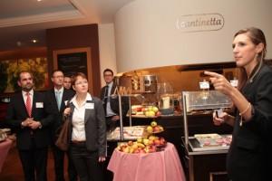 Verkaufsleiterin Kerstin Linda Schneider (rechts) vom Parkhotel Euskirchen führte eine der Gästegruppen durch das Hotel. Bild: Michael Thalken/Eifeler Presse Agentur/epa