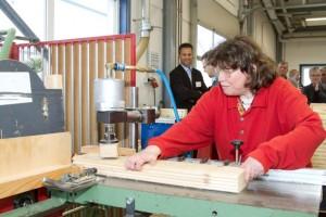 Bei der Unternehmensführung zeigte Mitarbeiterin Beate ihre Aufgabe im Saunabau der NEW. Bild: Tameer Gunnar Eden/Eifeler Presse Agentur/epa
