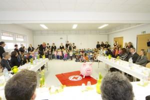 Rund 100 Kinder sangen bei der Kreissparkasse ein Lied über das Geld und die Freude, wenn die Penunzen das Sparschwein grunzen lassen. Bild: Tameer Gunnar Eden/Eifeler Presse Agentur/epa
