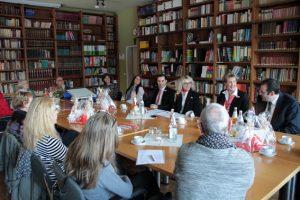 """Im stimmungsvollen Ambiente der Lehrerbibliothek in HJK in Steinfeld wurden die neuen Projektideen für """"GiroCents"""" vorgestellt. Bild: Michael Thalken/Eifeler Presse Agentur/epav"""
