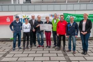 Sponsoren und Vertreter des Nordeifellaufs übergaben am Ende einen Scheck in Höhe von 4020 Euro an Claudia Esch (Mitte) von der Hilfsgruppe Eifel. Bild: Roman Hövel/ene