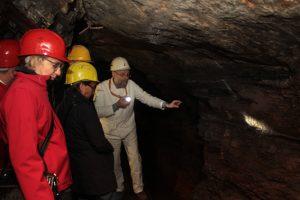 Karl Reger in seinem Element: Hier hat er einige fossile Muscheln entdeckt. Bild: Michael Thalken/Eifeler Presse Agentur/epa