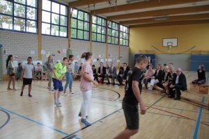 Noch am Vormittag hatten die jungen Leute für ihre Gäste unter Anleitung von Selina Dinaj einen Tanz einstudiert. Bild: Michael Thalken/Eifeler Presse Agentur/epa
