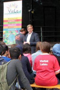 """Markus Ramers, Vorsitzender des Vereins VieLe, nannte den Workshop eine """"Bereicherung für die Ferien und die Integration"""". Bild: Michael Thalken/Eifeler Presse Agentur/epa"""