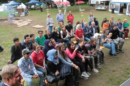Gemeinsam mit den jungen Leuten erlebten Rita Witt (Mitte v.l.), Hartmut Cremer und Jürgen Sauer die Premiere des Films über den Sprach-Workshop. Bild: Michael Thalken/Eifeler Presse Agentur/epa