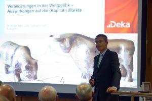 Unterhaltsam erläuterte Finanzexperte Dr. Holger Bahr die Zusammenhänge von Politik und Konjunktur. Bild: Tameer Gunnar Eden/Eifeler Presse Agentur/epa