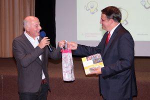 Wolfgang Kerp (links) bedankte sich bei Udo Becker (rechts) für den gelungenen Vortrag. Bild: Michael Thalken/Eifeler Presse Agentur/epa