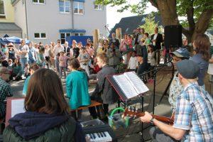 Für die Sponsoren spielten Band und Trommler ein eigenes Stück. Bild: Michael Thalken/Eifeler Presse Agentur/epa