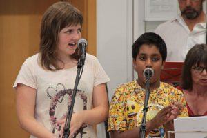 Lara und Benedikt heizten dem Publikum als Solisten ein. Bild: Michael Thalken/Eifeler Presse Agentur/epa