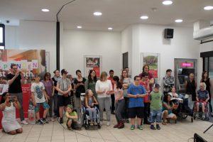 Die Nikolausschüler hatten auch gleich einen Großteil des Publikums mitgebracht. Bild: Michael Thalken/Eifeler Presse Agentur/epa