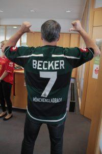 Mit Starspieler und Chinabezwinger Udo Becker waren die Azubis klar im Vorteil. Bild: Michael Thalken/Eifeler Presse Agentur/epa
