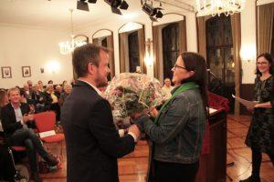 Auch Caritasvorstand Martin Jost hatte es sich nicht nehmen lassen, seiner Mitarbeiterin mit einem Blumenstrauß zu gratulieren. Bild: Michael Thalken/Eifeler Presse Agentur/epa