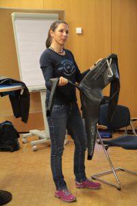 Cora Hetkamp informierte über Vor- und Nachteile von Neoprenanzügen. Bild: Michael Thalken/Eifeler Presse Agentur/epa