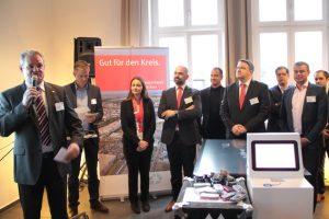 """Landrat Günter Rosenke (links) begrüßte die zahlreichen Teilnehmer des Unternehmerfrühstücks """"viertelvoracht"""" in Kommern. Bild: Michael Thalken/Eifleler Presse Agentur/epa"""