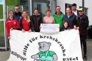 Am Ende des Abschlusslaufs konnte sich Claudia Esch (Mitte) über einen Scheck in Höhe von 5345 Euro freuen, der ihr von den Läuferinnen und Läufern sowie den Sponsoren übergeben wurde. Bild: Roman Hövel/ene