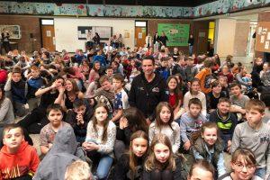 """Ralf Hetkamp (Mitte) informierte jetzt die gut 700 Schülerinnen und Schüler der Gesamtschule Eifel in Blankenheim über die """"Swim & Run""""-Veranstaltung, bei der jeder ein """"Eifel Hero"""" werden kann. Bild: Privat"""