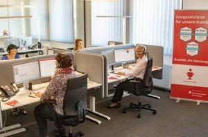 """Auch wer noch nicht Online-Banking und Sparkassen-App nutzt, kann von zuhause aus zahlreiche Bankgeschäfte regeln, seitdem das Team im """"S-DialogCenter"""" Kundenwünsche per Telefon erfüllt. Bild: Tameer Gunnar Eden/Eifeler Presse Agentur/epa"""