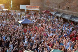 """1500 Besucherinnen und Besucher zeigten sich im vergangenen Jahr bei der Kölschen Band """"Cat Ballou"""" textsicher und sangesfreudig. Bild: Michael Thalken/Eifeler Presse Agentur/epa"""