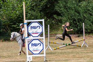 """Beim """"Ride and Rund"""" war Jolina Müller (r.) als Läuferin gleich mehrfach am Start – am folgenden Tag gewann sie dann noch die Staffel ihrer Altersklasse beim """"Metterman"""". Bild: Tameer Gunnar Eden/Eifeler Presse Agentur/epa"""