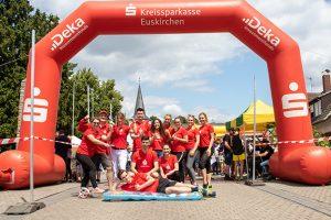 Das Azubi-Team der KSK ging gleich mehrfach an den Start, auf dem Bild zusammen mit KSK-Chef Udo Becker (2.v.l.) und Ausbildungsleiterin Anke Titz (3.v.l.). Bild: Tameer Gunnar Eden/Eifeler Presse Agentur/epa