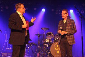 Udo Becker (links) im Gespräch mit Schulleiter Stephan Steinhoff. Bild: Michael Thalken/Eifeler Presse Agentur/epa