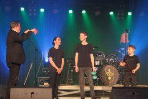 Udo Becker bedankte sich bei Tarik, Bastian und Lukas für ihre mitreißende Jongliernummer. Bild: Michael Thalken/Eifeler Presse Agentur/epa