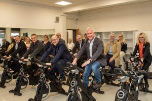 """Fit auf dem Indoor-Rad kann man beim """"Spinning"""" werden, wie die Unterstützer der Astrid-Lindgren Schule bei der offiziellen Einweihung zeigten. Der SSV Gemünd hat zehn der momentan zwölf Räder zur Verfügung gestellt. Bild: Tameer Gunnar Eden/Eifeler Presse Agentur/epa"""