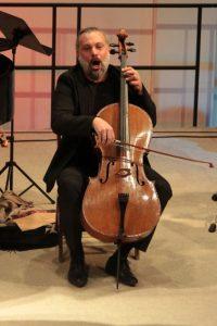 Symbiose aus Mann und Cello: Kiko Schmitz lebt an seinem Instrument seine lateinamerikanischen Wurzeln aus, ohne seine klassische Ausbildung zu verraten. Bild: Michael Thalken/Eifeler Presse Agentur/epa