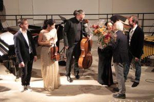 Am Schluss gab es Blumen für die Damen, überreicht von KiK-Geschäftsführer Klaus Linden. Bild: Michael Thalken/Eifeler Presse Agentur/epa