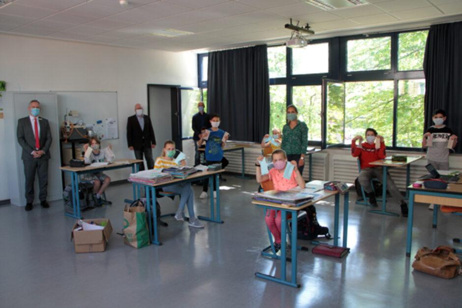 Kreissparkasse Euskirchen verschenkte 1280 Stoffmasken an Zülpicher Gymnasiasten